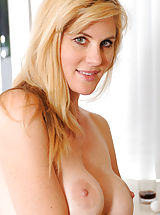 Hottie Anilos Kate Kastle spreads her legs wide open to show her pink pussy