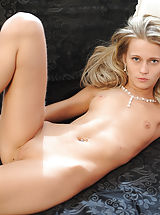 Amazingly slender blonde babe giving her best as a nude model. Fantastic thin body with super tiny breasts. Juicy collection.