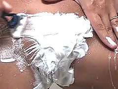 Renna shaves her pussy