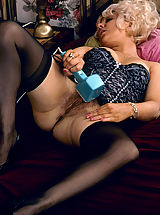 Vintage Pussy: Seventies milf knows how to please a boner