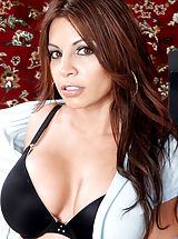 Busty Anilos Bella keeps her cougar frame in shape at the gym